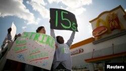 Nhân viên cửa hàng thức ăn nhanh tuần hành ở Los Angeles, California đòi tăng lương tối thiểu, 5/12/13