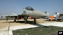 سوخوی-٣٠ جنگي الوتکې د امریکایي F-15E بمبارد الوتکو سره پرتله کیږي.