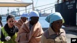 지난해 19일 지중해에서 전복된 난민선에 탔던 사람들이 이탈리아 구조요원에 의해 구출돼 팔레모 항에 도착했다.