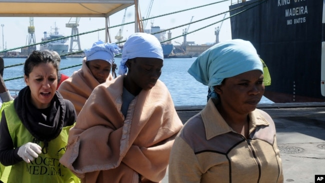 Des migrantes africaines reçoivent des secours après avoir débarqué à Palerme en Italie le 15 avril 2015.