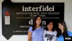 Della Bradt (kiri) dan dua rekannya bekerja sebagai relawan untuk Yayasan DIAN Interfidei, dan tinggal selama 6 minggu di Indonesia (foto video: courtesy Della Bradt).