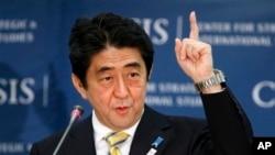 22일 방미 중 워싱턴 주재 전략국제문제연구소(CSIS)에서 '일본이 돌아왔다 (Japan is Back)'라는 제목으로 연설한 아베 신조 일본 총리.