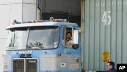 图为一辆卡车正从墨西哥进入美国资料照