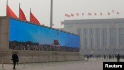 Sebuah layar raksasa menampilkan Pintu Gerbang Tiananmen di Lapangan Tiananmen, Beijing, menyambut para anggota delegasi yang berdatangan untuk menghadiri Kongres Partai Rakyat (NPC) (Foto: dok). Kabinet China mengajukan rancangan perampingan pemerintahan untuk mengurangi birokrasi dan intervensi administrarif dalam masalah bisnis dan sosial, Minggu (10/3).