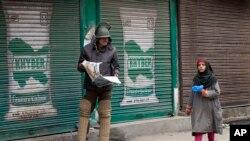 پولیس اور بھارتی فوج نے پورے شہر میں جگہ جگہ ناکے لگا رکھے ہیں جہاں گاڑیوں کی تلاشی لی جارہی ہے۔