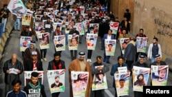 Para demonstran Irak dari Kota Nassiriya membawa poster orang-orang yang terbunuh dalam demo anti-pemerintah yang masih terus berlangsung di Baghdad, Irak, 6 Desember 2019. (Foto: Reuters)