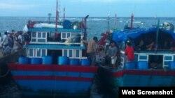 Hai tàu cá Việt Nam bị Trung Quốc bắt và đánh đập về đến cảng Lý Sơn (Ảnh: lyson.org)