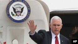 美国副总统彭斯在韩国平泽乌山空军基地挥手致意。(2017年4月18日)