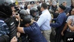 Những người dân Ukraina ủng hộ cựu Thủ tướng Tymoshenko đang cố gắng phá hàng rào cảnh sát để đến gần tòa án, nơi đang diễn ra phiên xử