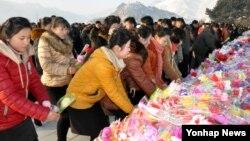 북한은 김정일 국방위원장 사망 4주기를 맞아 추모 분위기를 끌어올리며 김정은 국방위원회 제1위원장을 향한 충성을 독려했다고 17일 조선중앙통신이 보도했다.