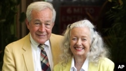 """FILE - Actors Jack Larson (L) and Noel Neill, who originated the roles of Jimmy Olson and Lois Lane in the 1950s """"Superman"""" television series, pose at Patrick's Roadhouse in the Pacific Palisades area of Los Angeles, June 21, 2006."""