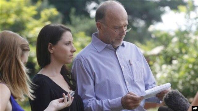 Ông Arnold Pistorius đọc một tuyên bố của gia đình trước các phóng viên tại Pretoria, 16/2/2013