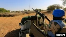 Anggota pasukan perdamaian gabungan PBB-Uni Afrika berpatroli di Darfur, Sudan. (Foto: Dok)