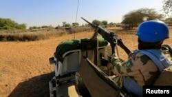 一联合国维和人员在苏丹达尔富尔地区巡逻