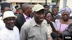 Presiden Goodluck Jonathan (tengah) saat melakukan kunjungan ke kantor PBB di Abuja yang dibom kelompok militan (27/8).