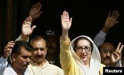 کراچی کے جناح اسپتال میں زخمیوں کی عیادت کے موقع پر بے نظیر بھٹو اپنے حامیوں کے نعروں کا جواب دے رہی ہیں۔ اکتوبر 2007