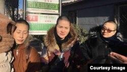 2018年12月28日三位709案律師家屬冒嚴寒高院投書。(北京維權人士野靖環提供)