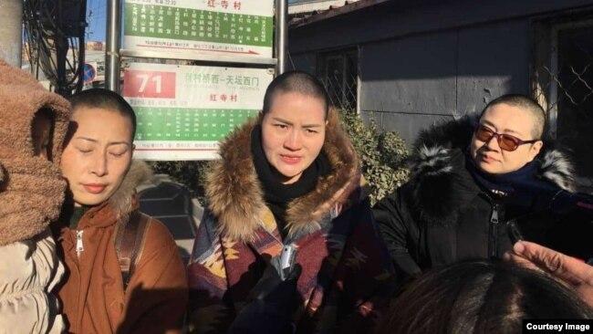 2018年12月28日三位709案律师家属冒严寒高院投书。 (北京维权人士野靖环提供)