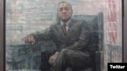 """Retrato del ficticio presidente Frank Underwood, interpretado por el actor Kevin Spacey en la serie de Netflix, """"House of Cards"""". El retrato se exhibe en la Galería Nacional de Arte en Washington D.C."""