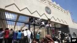 Người biểu tình Yemen leo lên cổng Đại sứ quán Hoa Kỳ tại Sana'a trong cuộc biểu tình phản đối bộ phim nhạo báng tiên tri Muhammad của Hồi giáo, ngày 13/9/2012