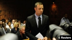 Oscar Pistorius quả quyết rằng anh nghĩ là anh đã bắn một kẻ trộm và anh không có ý định giết chết cô Steenkamp.