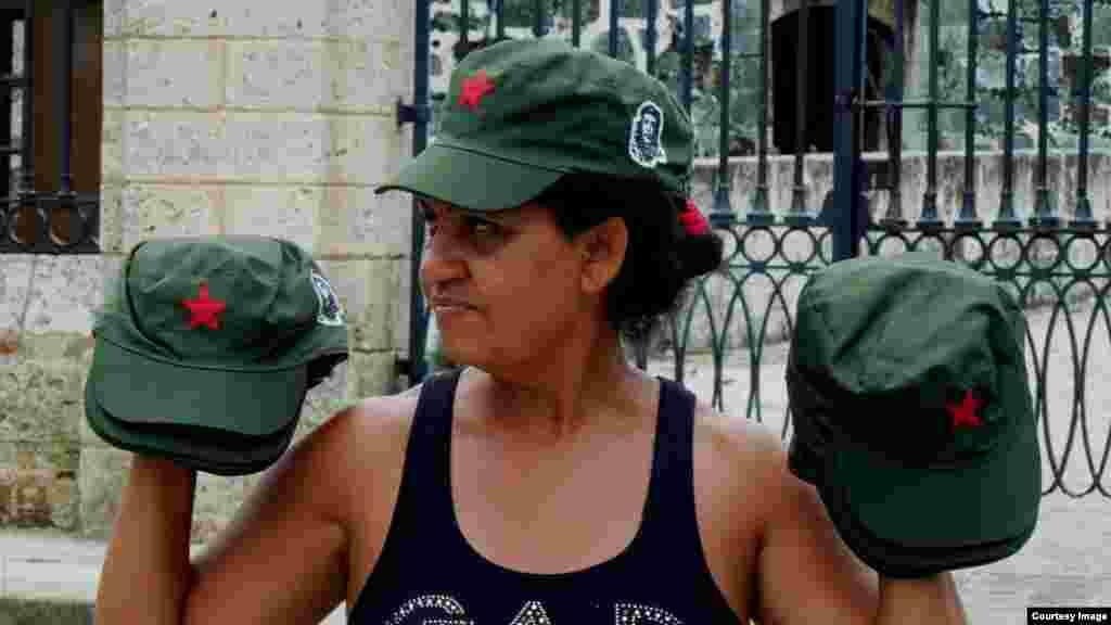 Phụ nữ bán đồ kỷ niệm là những chiếc nón cách mạng kiểu Fidel Castro (ảnh Bùi Văn Phú)