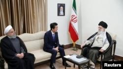 Tổng thống Iran Hassan Rouhani và Thủ tướng Nhật Shinzo Abe gặp lãnh đạo tối cao của Iran Ayatollah Ali Khamenei tại Tehran, Iran, ngày 13/6/19.