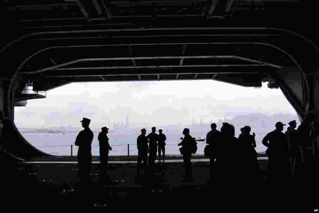 航母左侧的升降机可以把人员和设备运至飞行甲板