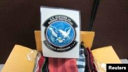ຫໍ່ຜ້າແພຍ້ອມຝິ່ນ ທີ່ສົ່ງມາຈາກລາວ ທີ່ເຈົ້າໜ້າທີ່ພາສີສະຫະລັດ ຈັບໄດ້ຢູ່ສະໜາມບິນ O'Hare, ນະຄອນ Chicago, ລັດ Illinois, ວັນທີ 18 ມີນາ 2013. (Courtesy: US Customs and Border Protection)