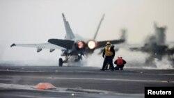 امریکی میرین کا ایف 18 لڑاکا طیارہ اڑان بھر رہا ہے۔ فائل فوٹو