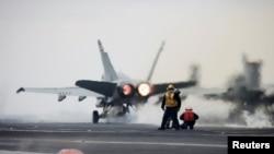 지난해 3월 미한 연합훈련인 키리졸브·독수리훈련에 참가한 미 해군 소속 F-18 전투기가 항공모함 칼빈슨 호에서 이륙하고 있다.