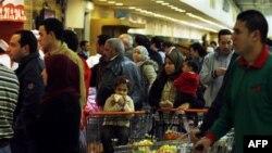 Người dân xếp hàng dài bên ngoài các tiệm bánh và siêu thị để mua lương thực thực phẩm