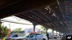 Des policiers de New York sécurise la zone où les deux hommes ont été assassinés, près d'une mosquée dans le Queens, New York, le 14 août 2016.