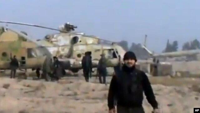 Ảnh trich từ video của nhóm Ugarit News nói rằng các thành viên phe nổi dậy Syira đã chiếm được căn cứ máy bay trực thăng gần thủ đô Damascus sau trận chiến ác liệt, 25/11/12