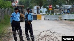Cảnh sát canh gác con đường bị chặn gần tư gia của cựu Tổng thống Pakistan Pervez Musharraf tại Islamabad, ngày 9/10/2013.
