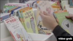 Kolekcija knjiga za decu u biblioteci Vest End (Foto: VOA/Videograb)