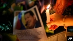 Warga berduka atas kepergian Presiden Hugo Chavez, 5 Maret 2013. (AP Photo/Juan Karita). Presiden Bolivia Evo Morales mengumumkan tujuh hari masa berkabung di negaranya setelah Wapres Nicolas Maduro mengumumkan meninggalnya Presiden Hugo Chaves.