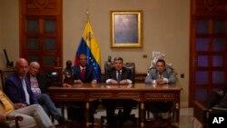 """Ante la juramentación de Luis Parra, centro, como cabeza del Poder Legislativo venezolano, la embajada de EE.UU. en Venezuela indicó que el acto """"va completamente en contra de la voluntad del pueblo""""."""