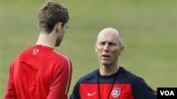 Pelatih timnas Amerika Bob Bradley telah memilih 20 pemain untuk menghadapi Polandia dan Kolombia dalam pertandingan persahabatan. Bradley sepakat memperpanjang kontraknya empat tahun lagi.