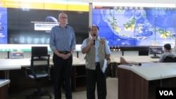 Kepala Humas BNPB Sutopo Purwo Nugroho (kanan) dan Duta Besar Australia untuk Indonesia Paul Grigson (kiri) di kantor BNPB, Minggu, 11 Oktober 2015. (VOA/Andylala)