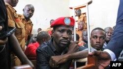 Le chanteur ougandais devenu politicien Robert Kyagulanyi, plus connu sous le nom de Bobi Wine, comparaît devant la Haute Cour de Gulu, dans le nord de l'Ouganda, le 27 août 2018.