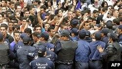 Sinh viên đối mặt với cảnh sát trong cuộc biểu tình ở Algiers, ngày 11 tháng 4, 2011