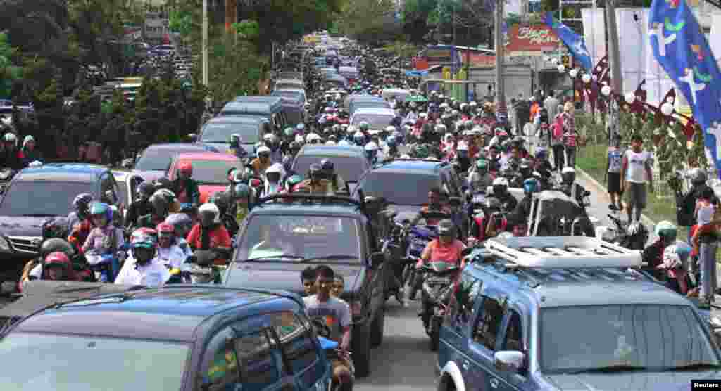 Motorbikes and cars packed the street in Banda Aceh after the earthquake struck. (Reuters)