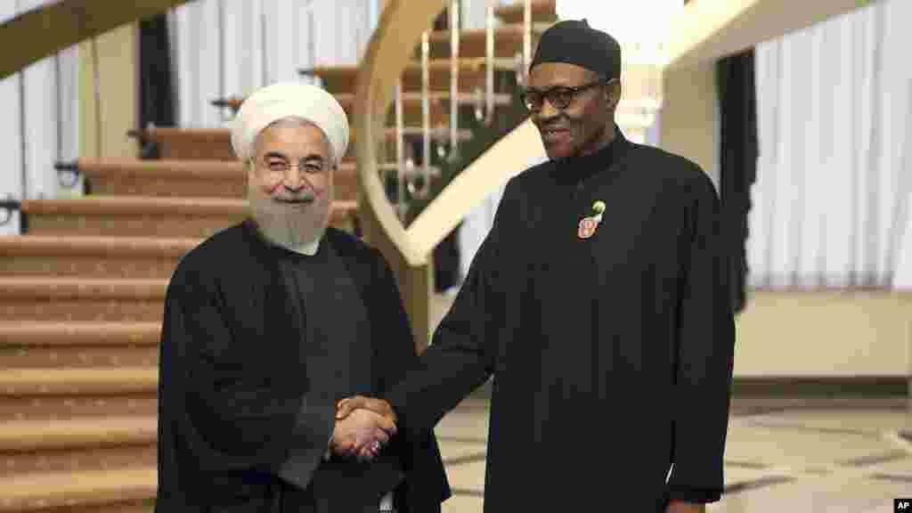 Shugaba Muhammadu Buhari na Najeriya (dama) yana gaisawa da shugaba Hassan Rouhani na Iran kafin tattaunawar da suka yi yau talata, 24 Nuwamba, 2015 a Teheran.