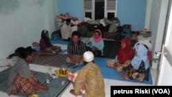 Para pengungsi Syiah Sampang di rumah susun Jemundo, Kabupaten Sidoarjo. Belum jelas kapan dapat kembali pulang ke kampung halaman. (VOA/Petrus Riski)