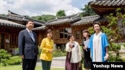 한국을 방문 중인 시진핑 중국 국가주석 내외가 박근혜 한국 대통령과 4일 오후 서울 성북동 가구박물관에서 특별오찬에 앞서 박물관을 둘러보고 있다.