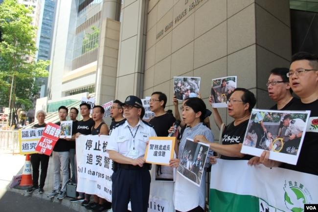2019年6月15日香港民主黨議員在警察總部前抗議警察鎮壓民眾(美國之音記者申華拍攝)