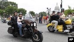 Sarah Palin na motociklu na godišnjoj paradi Rolling Thunder povodom Dana sjećanja