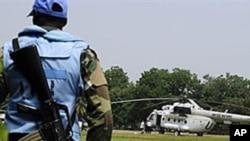 Un Casque bleu gardant un hélicoptère de l'ONU , à Abidjan, en Côte d'Ivoire, en janvier 2011.