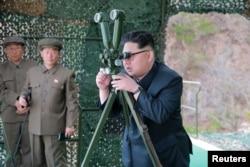 Lãnh tụ Kim Jong Un tập trung theo dõi vụ phóng thử nghiệm phi đạn trong một bức hình không đề ngày tháng do thông tấn xã nhà nước KCNA công bố ở Bình Nhưỡng, ngày 24 tháng 4, 2016.